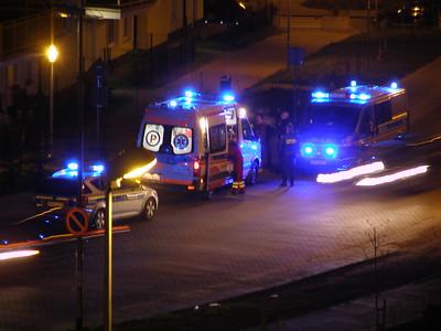 Dwa radiowozy policji oraz karetka pogotowia ratunkowego