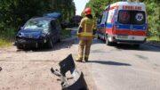 Samochód po wypadku, strażak oraz karetka pogotowia