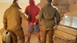 policjanci z zatrzymanym mężczyzną